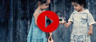 ילד נותן לילדה פרח - הכרת טובה אתיקה יהודית