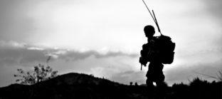 חייל עם ציוד דין רודף מלחמה בטרור