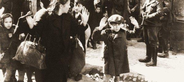 יום השואה - ילד מרים ידיים