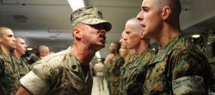 מפקד צועק על חייל