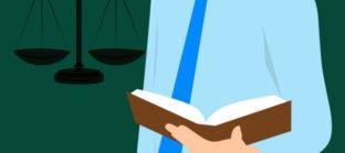 קבלת אחריות בהלכה - עורך דין עם מאזניים
