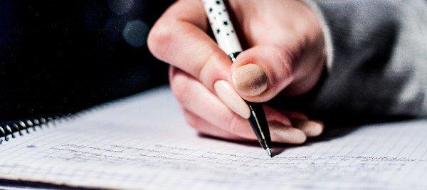 יד כותבת על דף
