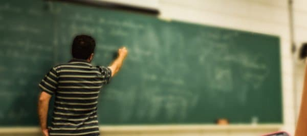 מורה מסביר משהו על לוח