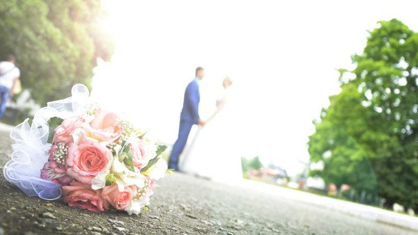 זוג בחתונה עם פרחים