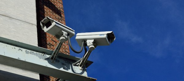 מצלמות אבטחה על בניין
