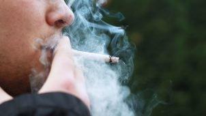 איש מעשן ומפריע לאחרים