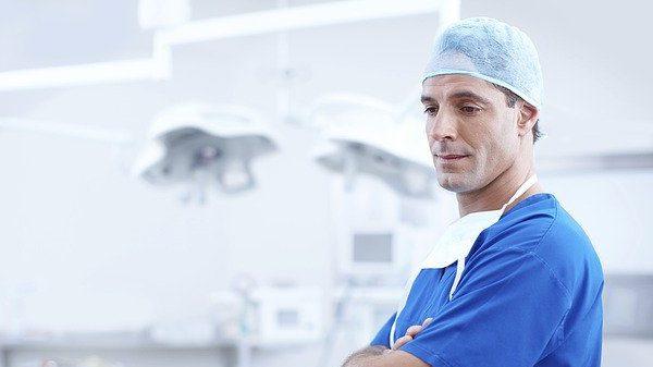 האם רופא צריך להסתכן כדי לטפל בחולה?