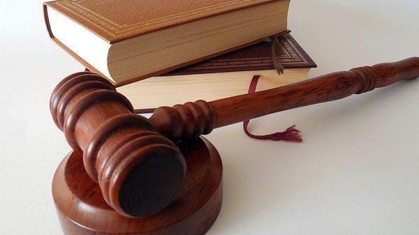 מה צריך להיות היחס על פי התורה בין מערכת המשפט לכנסת?