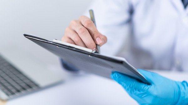 האם אחריות למחלה משפיעה על קדימות בטיפול?