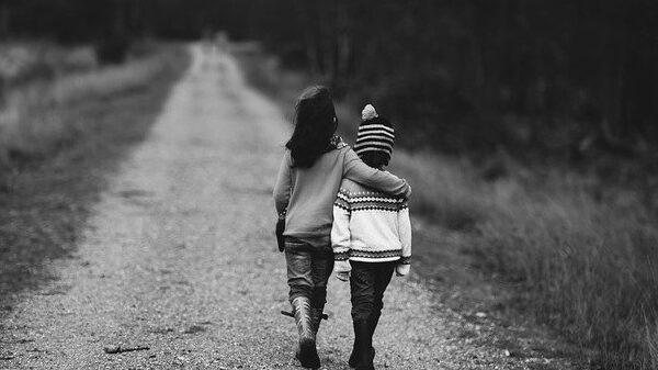 האם מותר להורים לספר סיפורים מביכים על בנם שיש לו מוגבלות שכלית?