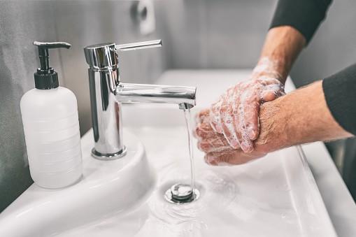 האם חולה רשאי להתפלל בלי ללכת לשירותים?