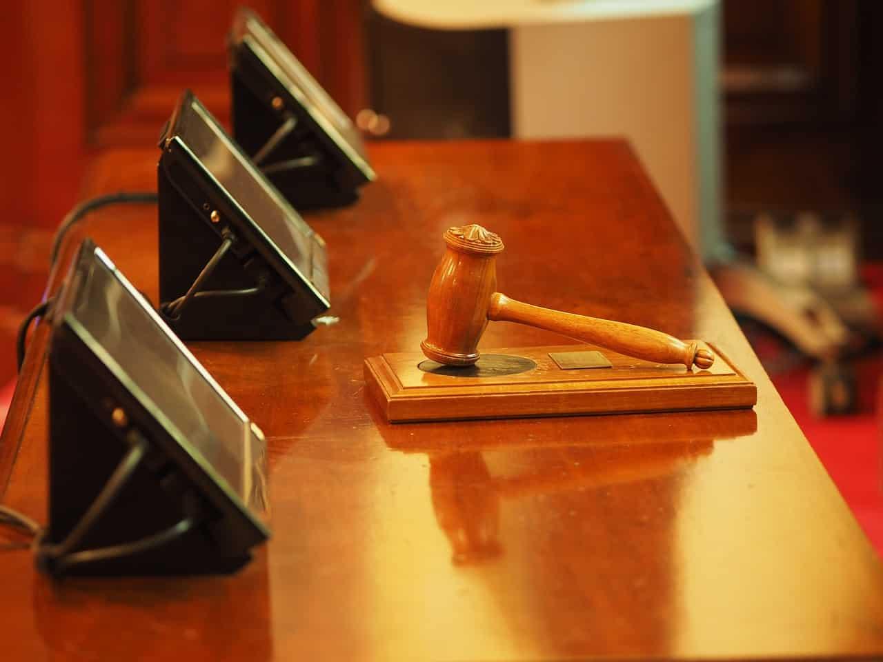 שולחן דיונים בבית משפט עם פטיש של שופט