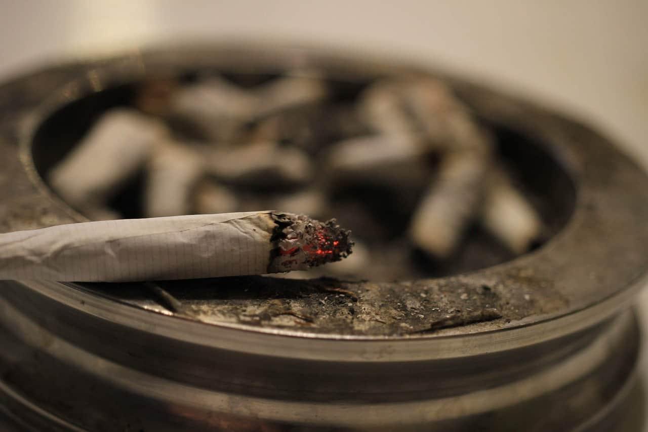 סיגריה על מאפרה