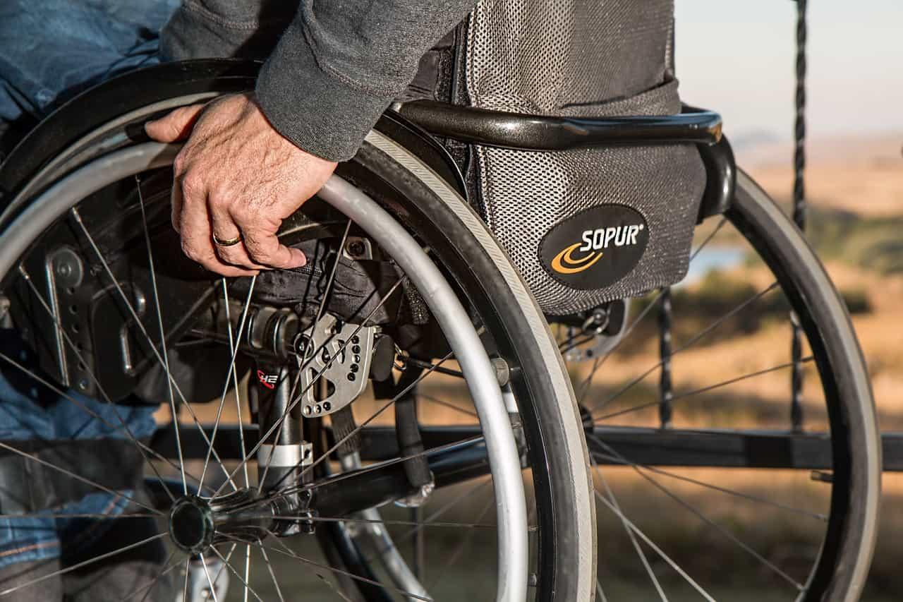 אדם על כיסא גלגלים