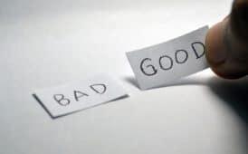 """יד מניחה שני פתקים. על אחד כתוב """"רע"""" ועל השני כתוב """"טוב"""" באנגלית"""