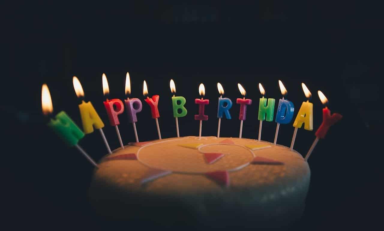 """עוגת יומולדת עם כיתוב בנרות """"יום הולדת שמח"""""""