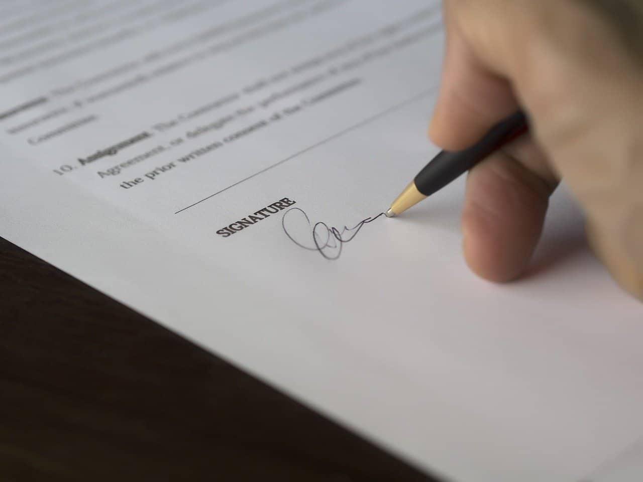 יד חותמת על הסכם