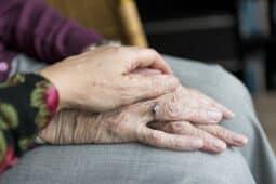 יד על יד של איש מבוגר