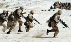 חיילים מסתערים בשדה הקרב