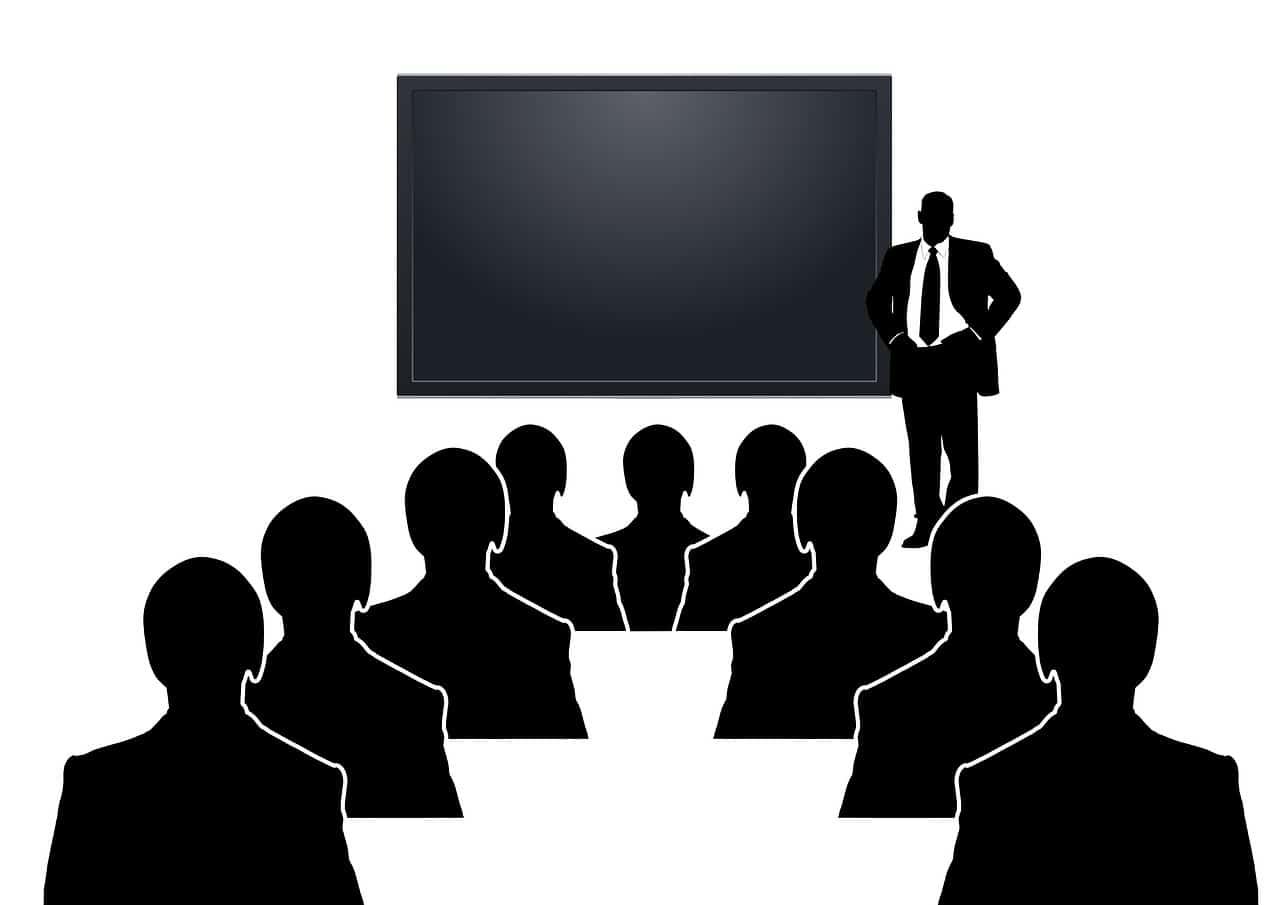 הרצאה של דמות בשחור לבן בפני דמויות זהות שמזכירות רובוטים