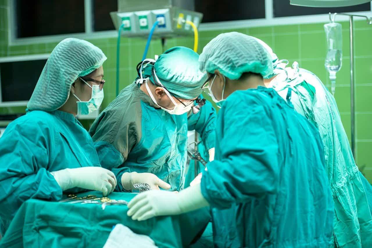 צוות רפואי סביב מיטת חולה