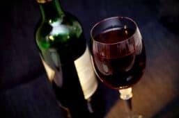 בקבוק וכוס יין