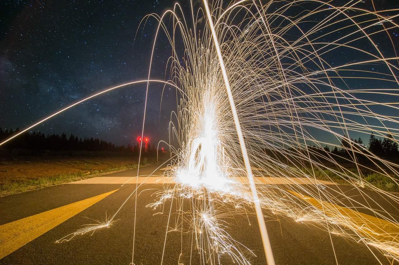 זיקוק מתפוצץ ברחוב