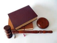 פטיש בית משפט וספרים מונחים לצידו