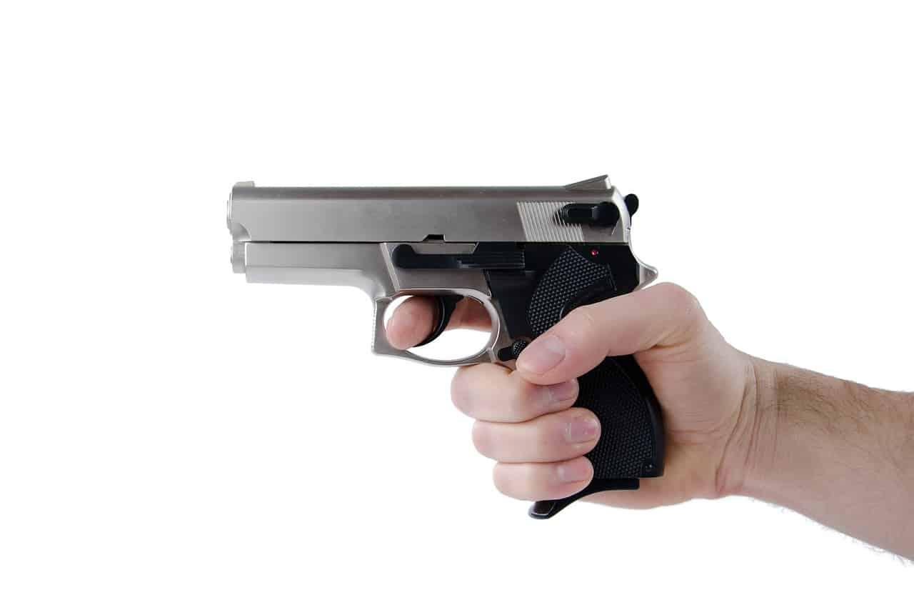 יד אוחזת אקדח