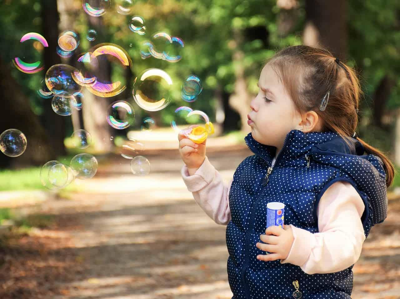 ילד משחק עם בועות סבון