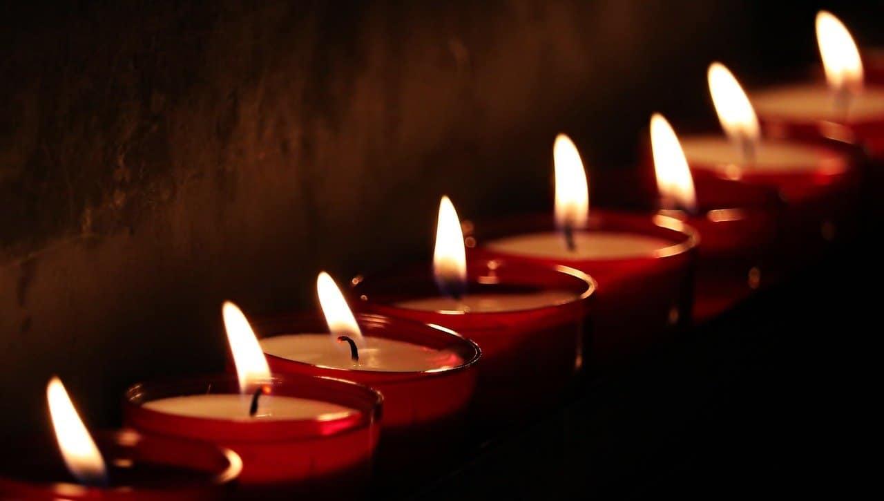 שורת נרות דולקים